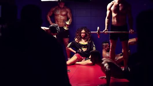 video-domino-dama-pogledajte-kako-je-bilo-na-snimanju-spota-seksipilne-emine-jahovic1